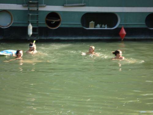 Sophie nage dans la Seine